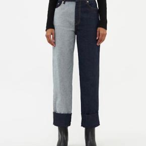 """Nadeen jeans med kontrastfarvede ben, """"teo tone denim"""". Udsolgt alle steder.  Brugt én gang i ca 4 timer, så nærmest som ny.  Sælger da jeg sparer op til andet køb.  NB det ene ben er lavet med vrangen udad på denimstoffet. Det er lidt mere sart for slid og vil allerede ved første brug kunne ses - det er naturlig patina. :)"""