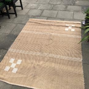Stort gulvtæppe i bomuld 💫 I pæn stand. Ca. 150x200.   Kan hentes på Frederiksberg eller Hvidovre efter aftale.
