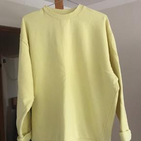 Gul sweatshirt, købt i herreafdelingen på ASOS. Fitter en small Brugt nogle gange, men som ny Mp 200 Køber betaler fragt