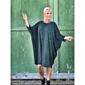 Fin jersey-kjole i grøn/petroleum leopardprint. Str XS fra dengang Comfys tøj var enormt. Jeg er str 38 for oven og 40 for neden og passer den fint, så den stadig falder pænt på en 'kontrolleret' oversize måde. Brugt 7-8 gange, vasket på skånevask med silkevaskemiddel, så i fin stand.