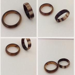2 smukke ringe købt i Louisiana Of Modern art' kunst butik. Str. ca.: Liggende: 20.0 mm. (ring str. 63) Stående: 19,7 mm. (ring str. 62)  Nypris: 180 kr.   Sælges samlet for 80 kr.  Plus porto.  Bytter ikke.