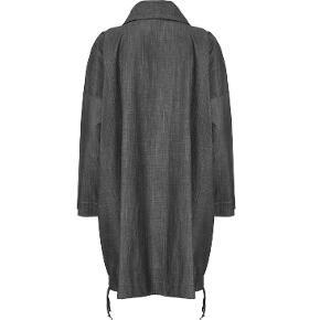 Bytter ikke. Eksklusiv porto.  Forårs frakke, uden for fra Masai str. L. Frakken har krave med bindebånd, 2 påsyede lommer foran. Rynkebånd rundt forneden. 70% Rayon, 30% Hør. Farve: grå. Masai størrelsesguide str L: Bryst mål 100 - 102 cm Talje mål 84 - 86 cm Hofte mål 106 - 108 cm Længde fra skulder og ned 91 cm. Kommer fra et ikke ryger hjem. Hænger i dragtpose.