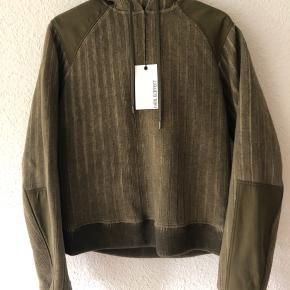 "Helt ny og fantastisk lækker hoodie fra tjekkede og luksuriøse Neil Barrett.  Købt i butikken i New York og kostede $1.889 (13.000kr)  MADE IN ITALY ""Blousen Fit"" Str. Medium (M)"