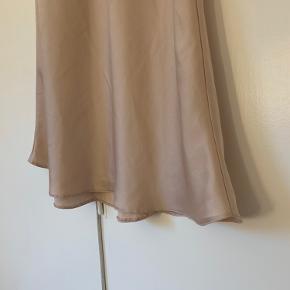 Lyserød nederdel i silke, str 36.