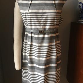 Calvin Klein kjole Us size 14 Eur size 44  Kun brugt 3 gange Bælte ikke inkl.