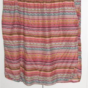Så fin nederdel i smukke farver. Foret, skrålommer, elastik i livet, afrundede kanter i siden. 100% viscose. Længde 60 cm, liv 2 x 50-2 x 60 cm.  JEG BETALER FORSENDELSEN!  SMUK nederdel Farve: Flere