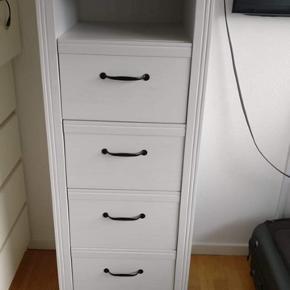 Brusali kommode fra IKEA  Højde: 133, bredde: 51, dybde: 48 - Befinder sig i Viby, men kan også afhentes på Trøjborg.