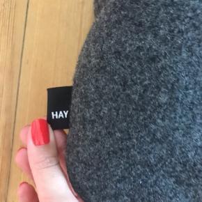 Puder fra Hay. Mørkegrå med gule knapper. Måler 32 x 68 cm. Ingen fejl eller skader. Ny pris 600kr
