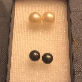 South Sea Pearl 100% ægte Har købt dem i Japan Hvid/ivory og black Pearl in whitegold setting Hvid- 11-11.8MM Black- 9MM  South Sea perler har den højeste værdi af alle perle typer. På grund af deres knaphed og usædvanligt store størrelse sortiment, opnår de den højere pris.