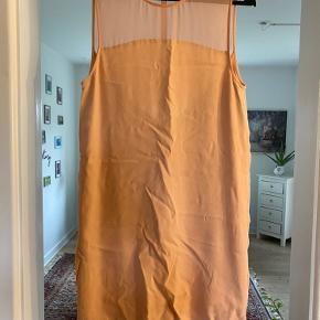 Samsøe samsøe kjole i fersken farve. Sjælden brugt, da den desværre er for kort til mig.