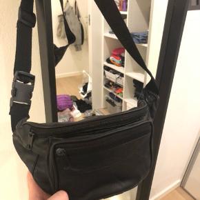 Sort læder bælte taske, ingen tegn på slid, justerbar i længden