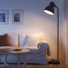 Hyggelig gulvlampe i mørkegrå. Højde: 181 cm + Skærmdiameter: 31,5 cm Byd gerne!