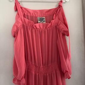 Super fin sommer kjole i den fineste koral farve som er svær at tage billede af. Kjolen giver en rigtig fin figur. Aldrig brugt .  Venligst se mine andre annoncer