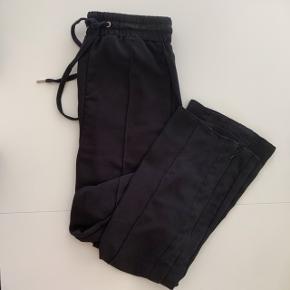 Fine bukser fra H&M med lige ben i størrelse XS.   Fragt betales af køber - sender med DAO 😊