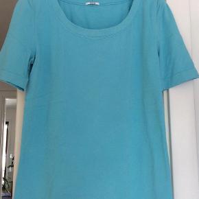 Varetype: Bluse Farve: Turkis Oprindelig købspris: 1099 kr.  Lugano T shirt str large kvaliteten er opaque natural og foret med bomuld.  Længde 61 cm Ærme 26 cm