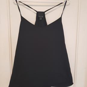 Enkel sort stroptop i 100% bomuld. Kun brugt et par gange, så er som ny. Fra 'Asos Tall'-kollektionen.   Mål Længde: 69cm Bryst: 53cm Bundkant: 56cm