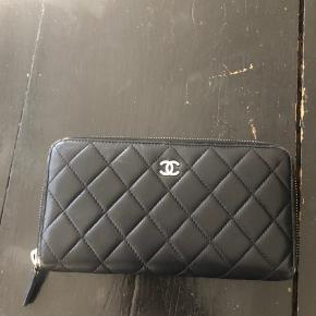 Sælger denne skønne Chanel pung. Nyprisen var omkring 6000,-. Den fremstår i meget flot stand. Dog er der slid på alle hjørner (se billeder)  Min forslåede pris er 3700. Kontakt mig gerne hvis du øsnker flere spørgsmål.