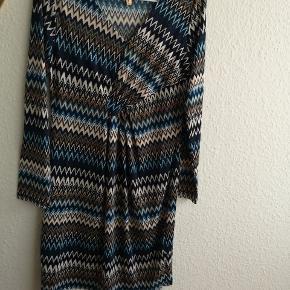 Rigtig fin kropsnær kjole i blålige nuancer sælges. Størrelsen er nok en M/L, men kan tage nærmere mål, hvis det ønskes. 🌼 (størrelse T2 står der) Ukendt mærke👈  Den kan også hentes på min adresse 👈