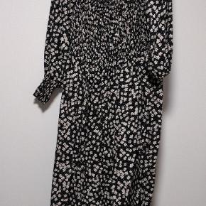 Rigtig fin kjole med hvid blomster print kun brugt enkelt gange i ca 2 timer , købt for stor