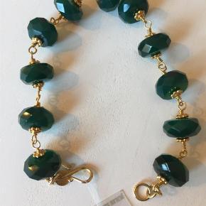 Fint armbånd med grønne sten i forgyldt Sterling sølv - armbåndet måler 20 cm i fuld længde.       Bytter ikke  Armbånd Farve: Guld