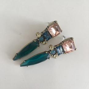 Fine øreringe fra Melange de luxe, i sart rosa/blå sten. Aldrig brugt