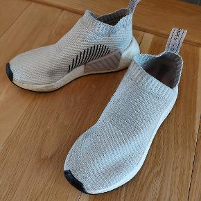 Virkelig behagelige sneakers fra Adidas, med god bund. Lettere beskidte, som sagtens kan vaskes af i vaskemaskinen.  Str. 38
