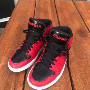 Røde/sorte Jordans  Næsten som nye. Skal lige have en klud og så fremstår de rigtig fint.