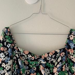 Virkelig fin bluse fra h&m, som jeg desværre ikke får brugt. Den er prøvet på, men aldrig brugt.   Prisen er inklusiv forsendelse med DAO