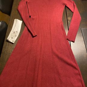 Super fed strik kjole str S/M kan bruges med og uden krave brugt 1 gang 😊