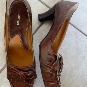 Brun lædersko fra Mentor hælhøjde 5 cm.