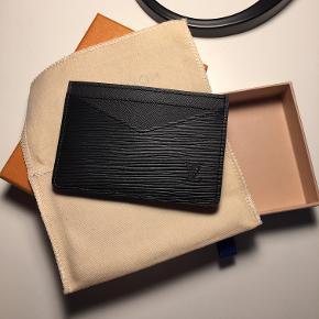 Louis Vuitton – Kortholder.  Model: Neo Porte Cartes, Epi (Noir) Leather.  Mål: 11 * 7 cm.  Aldrig brugt!  Jeg har alt til den, såsom; tags, dustbag, æske og printudskriv af kvittering. Købt i London, d. 9/10-2018.  Nypris: 1.800,-. / Salgspris: 1.250,- ekskl. er FAST.
