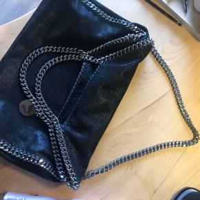 Jeg har valgt at sælge min stella mccartney falabella taske. Tasken er i virkelig god stand, der ses ikke noget slid