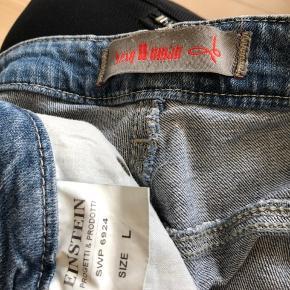 Jeans med rigtig mange fede detaljer.  Fra ikke ryger hjem.