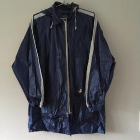 Skinnende blå regnjakke i 100% PVC, str. 40/L