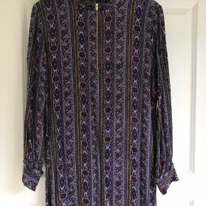 Fin kjole fra Levate med lynlås i hals - kun brugt 1 gang