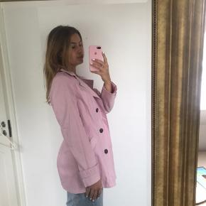 Lyserød jakke/frakke. Passer s/m.