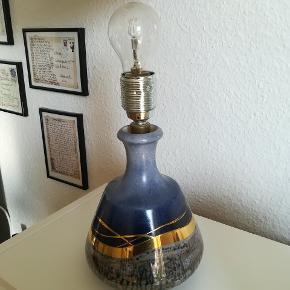 Rigtig fin lampe med smukt mønster. Skærm mangler. Intakt og uden brugsspor. Virker som den skal. Sendes gerne. Køber betaler fragt.