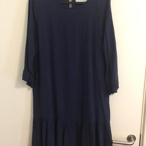 Mørkeblå / navy kjole fra Moves minimum.
