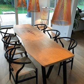 emmanordic spisebord i kraftig dansk egeplank, og tigsvejsede sorte pulverlarkerede stålben. Bordpladen er skåret ud fra et stykke plank, slebet/håndpoleret, og olieret med Osmo naturolie. Fremstår med råt naturlook. Bemærk, en massiv planke!  B: 77 cm. L: 220 cm.