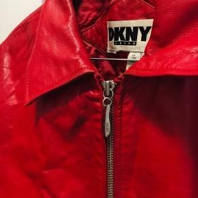 Lækker rød læderjakke fra DKNY i 100% ægte læder. Sidder flot på hvor den går ind i taljen når den er på.