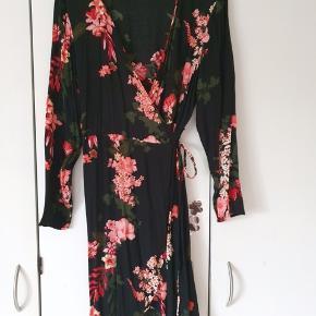 Flot slå om kjole fra zizzi str. m/46-48. Er brugt få gange, så er som ny. Kig forbi mine andre annoncer og spar penge - også på portoen 😉