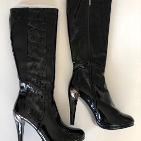 Sorte lak-støvler med mange lækre detaljer. Købt i New York - aldrig taget i brug. Husker ikke nypris.