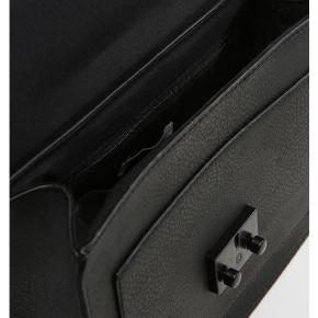 Ichi vicky crossbody taske   Nypris var 450kr  Byd:-)