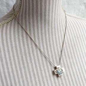 Flot halskæde i ægte sterling sølv med kors  vedhæng med indlagt abelone. Kæden med kugleled er 50,5 cm lang, stemplet 925 og Italy. Vedhænget er 2,8 cm x 2,8 cm, stemplet 925.  Se også mine andre annoncer med smykker 🦋