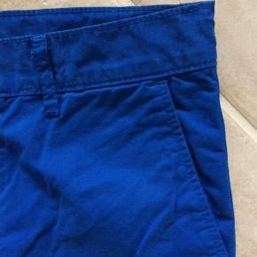 Varetype: NYE super fede bukser. Chinos Farve: BLÅ Oprindelig købspris: 550 kr.  Super fede nye chinos bukser fra Mads Nørgaard. Super smuk farve med orange kontrast farve i syninger, som ses, hvis man vælger at rulle buksebenet op fx. Det skal man helst på sådan en buks her :)  Min søn vokser som ukrudt, så da de skulle på, var de for små 😭😭 øv øv :/  De passer str. 140. Der står str. 10 år i dem.   Nypris: 550,-  Mp: 199,-  Og så får du et par helt nye bukser ind af døren!!!!  Bruger helst mobilepay. Ved ts-handel tillægges gebyret.  Se også mine andre annoncer. Har 50 stykker med alt muligt lækkert:)