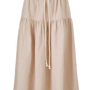 Virkelig fin nederdel i hør- og silkeblanding. Lidt stor i str. brugt få gange.