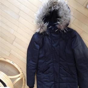 Varetype: Jakke/frakke Farve: Sort  Super lækker overgangs jakke fra Minus med ægte pels på hætten   Betaling via mobilpay ved ts pay betaler køber gebyr