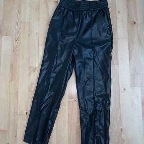 Sælger de her løse fake læder bukser fra hm i en str small da jeg ikke får dem brugt 💙  Sælger betaler fragt