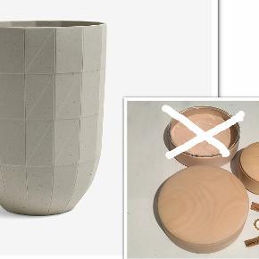 Bytter ikke. Se venligst hele annonceteksten. Priserne er faste!   Varetype: Vase, kasser, saks og negleklipper. Plus pakkeporto fra kr 37,- til kr. 45,-, uden omdeling, forsikret. Jeg har disse ting fra HAY til salg. Priserne står ud for hver beskrivelse i annoncen.   Vase fra HAY, Paper Porcelain, keramik. Str. Large. Mål: Ø 14 cm, H. 19 cm. Det er den største af vaserne i serien. Str. Large. Vasen har stået til pynt i mit vitrineskab. Jeg har aldrig brugt vasen, så den fremstår som ny. Købspris kr. 1.000,- Pris kr. 550,- plus pakkeporto kr. 45,- uden omdeling, DAO. Forsikret.   Box, skrin, krukker, Hay  Hay Lens Box, træ ahorn og saks og negle klipper sælges. Alle tingene er nye. Priserne står ud for hver annonce tekst. Gaver jeg ikke har fået i brug, og som ikke længere kan byttes. Kun glaslåget ligger i æske.  Boks, lille i ahorn træ med låg Pris Kr. 150,-  Box, i ahorn træ m. låg i træ Ø. 14 cm H. 4,5 cm Pris kr. 225,-  Box, i ahorn træ og med glas låg Pris: kr. 400,-  SOLGT, SOLGT!!!!  Lille saks, L. 10,5 cm og negle klipper. Saks og negle klipper, disse to ting sælges KUN samlet. Pris: kr. 80,-  Der er ikke længere emballage til, udover glas låget. Alle tingene er nye, har aldrig været i brug.