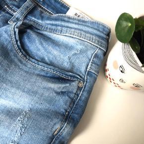 """Jacqueline de Yong Denim """"Jona Skinny High"""" str. 28/34 i farven light blue - aldrig brugt prismærke sidder stadig i 👖  Materiale: 99% bomuld & 1% elastane  Byd gerne kan både afhentes i Århus C eller sendes på købers regning 📮✉️"""